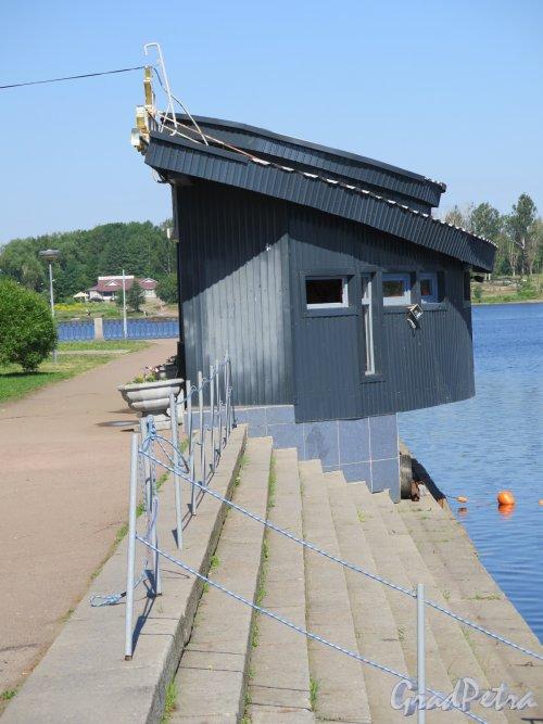 Наб. 40 лет Комсомола (Выборг), д. 3а. Лодочная станция. Здания сбоку. фото июнь 2016 г.