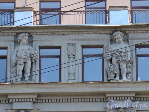 наб. реки Мойки, 58. Доходный дом А. Жуэна, 1913-14. Путти на мансардном этаже. фото август 2016 г.