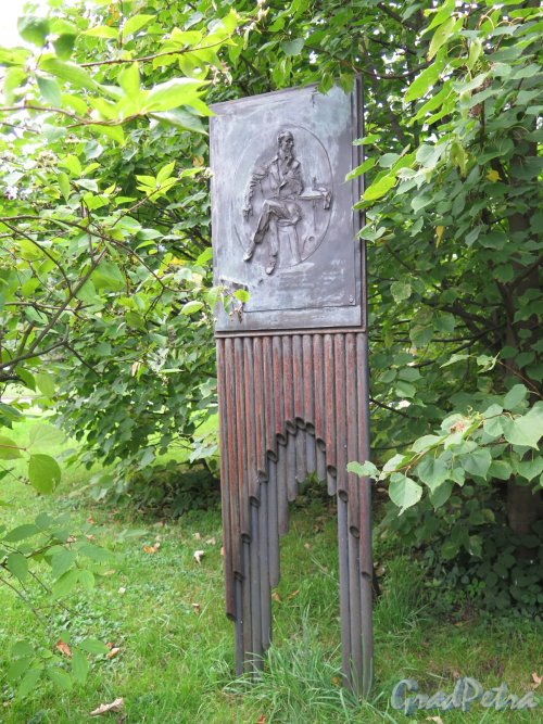 Университетская наб., д. 11. Памятник В. В. Набокову, 2007, ск. В. Аземша. Общий вид. Фото сентябрь 2016 г.