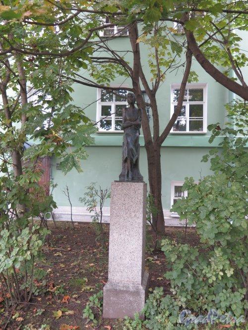Филологический факультет Университета. Двор. Памятник А.А. Ахматовой
