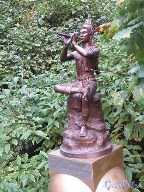 Университетская наб., д. 11. Филологический факультет Университета. Двор (Сад современной скульптуры). Скульптура «Таиланд».  Общий вид. Фото сентябрь 2016 г.
