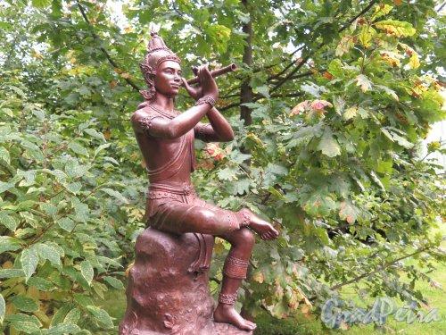 Университетская наб., д. 11. Филологический факультет Университета. Двор (Сад современной скульптуры). Скульптура «Таиланд». Фигура флейтиста. Фото сентябрь 2016 г.