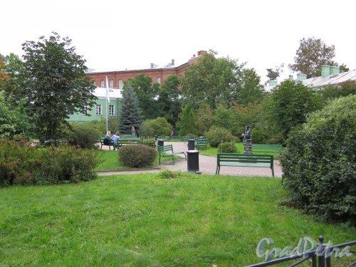Университетская наб., д. 11. Филологический факультет Университета. Двор (Сад современной скульптуры).  Общий вид. Фото сентябрь 2016
