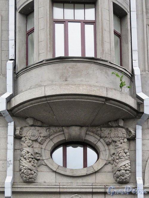 Наб. реки Мойки, д. 58. Доходный дом А. Жуэна, 1913-14, арх. Р.Ф. Мельцер. Эркер и барельеф под ним. фото июль 2017 г.