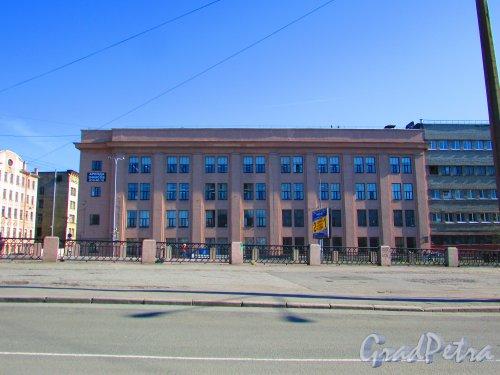 набережная реки Смоленки, дом 14, литера А (левая часть). Фасад здания со стороны набережной Смоленки. Фото 1 мая 2016 года.