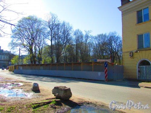 набережная реки Смоленки, дом 25, литера А. Общий вид участка после сноса здания. Фото 1 мая 2016 года.