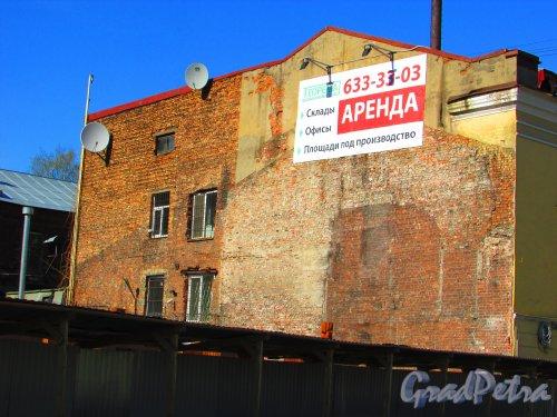 набережная реки Смоленки, дом 25, литера А. Следы снесенного здания на брандмауре соседней постройки. Фото 1 мая 2016 года.