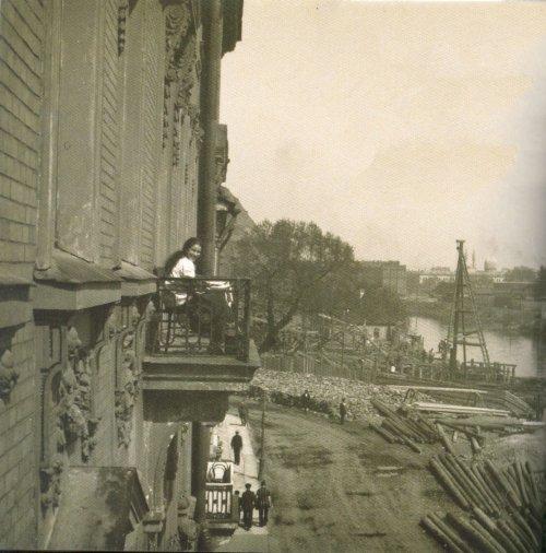 Перспектива Мытнинской набережной от Кронверкского проспекта: «Вид на Мытнинскую набережную с балкона дома № 3». Фото 1913 года.