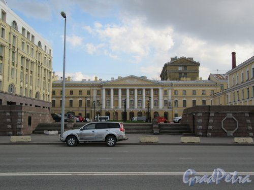 Памятник А. А. Ахматовой. Площадь вокруг памятника. Вид с набережной. фото апрель 2018 г.