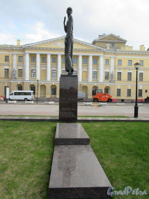 Памятник А. А. Ахматовой, 2006, Ск. Г.В. Додонова, арх. В А. Реппо. Памятник в профиль и сквер. фото апрель 2018 г.