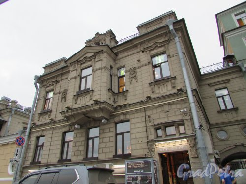 Петроградская набережная, дом 8 / улица Куйбышева, дом 33, литера Б (средняя часть здания). Фасад здания со стороны набережной. Фото 24 октября 2019 года.