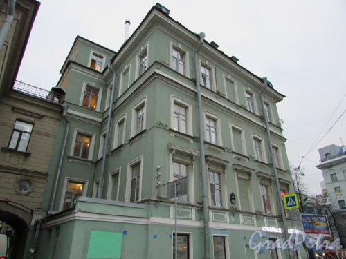 Петроградская набережная, дом 8 / улица Куйбышева, дом 33, литера А (угловая часть здания). Фасад здания со стороны набережной. Фото 24 октября 2019 года.