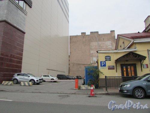 Петроградская набережная, дом 24, литера Б. Въезд на парковку. Фото 24 октября 2019 года.