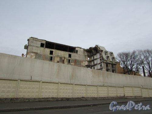 набережная реки Карповки, дом 31, литера А. Снос здания недостроенной гостиницы «Северная корона». Фото 2 ноября 2019 года.