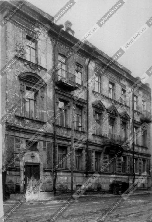 Вид фасада правой части дома №30 на Синопской набережной (бывший особняк Н.Н.Каретникова, 1884-1886 гг. - архитектор С.А.Баранкеев). Дата съёмки: 1960 г. Автор съёмки: не установлен.