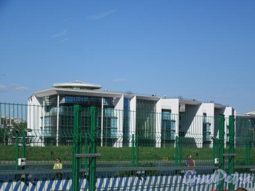 Наб. Мартынова, д. 74. Жилой комплекс «Дом у моря», 2003-2008. Общий вид от ГазпромАрены. фото май 2018 г.