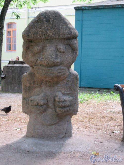 Университетская наб., д. 3. Кунсткамера. Двор. Внутренний сквер. Статуя бога созидания «Тлоке-Науаке». фото июнь 2018 г.