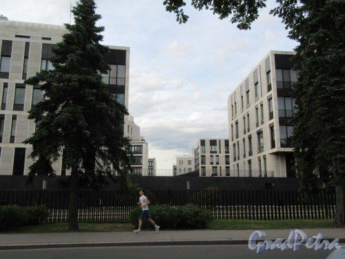 Наб. Мартынова, д. 74. Жилой комплекс «Дом у моря», 2005-08. Вид застройки из вне комплекса. фото июнь 2018 г.