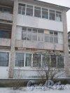 Лен. обл., Выборгский р-н, пос. Ермилово. Один из жилых кирпичных многоквартирных домов. Фрагмент. Фото 7 декабря 2013 г.