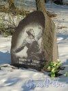 Мемориал погибшим землякам в пос. Парголово на пересечении Выборгского шоссе и улицы Ломоносова. Гранитный камень с изображением фрагмента Фотографии «Комбат». Фото апрель 2012 г.
