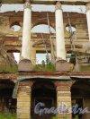 Лен. область, Ломоносовский район, пос. Ропша. Ропшинский дворец. Фрагмент центрального портика. Фото 26 июня 2014 года.