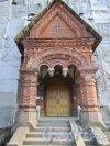 Лен. область, Ломоносовский район, деревня Гора Валдай. Входной портал Свято-Троицкой церкви с западной стороны. Фото 9 апреля 2016 года.