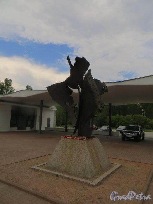 Памятник кораблям «Дороги жизни», установленный на железнодорожной станции «Ладожское озеро». Фото 25 мая 2014 года.