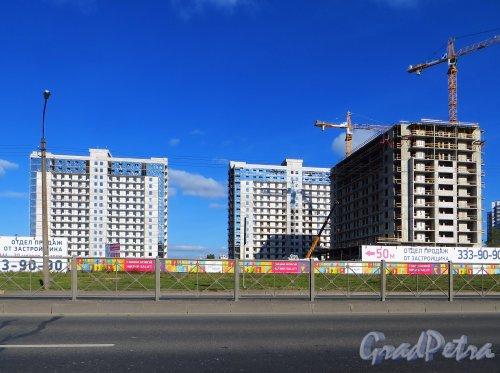 Дунайский проспект, участок 1. Строительство жилого комплекса «SALUT». Общий вид с Дунайского проспекта. Фото 2 октября 2014 года.