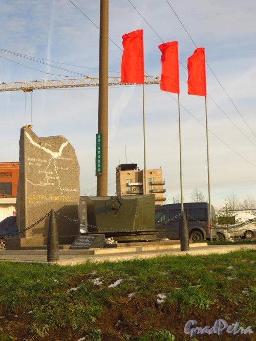 Мемориальная стела с надписью «Оборона Ленинграда. 1941–1945» и схемой линии фронта в районе Никольского в 1941 году, установленная на пересечении Советский проспекта и Никольского шоссе, возле рынка в городе Никольское. Фото 26 октября 2014 года.