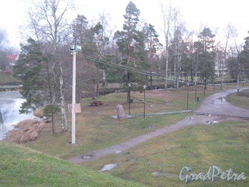 Лен. обл., Приозерский р-н, г. Приозерск, музей-крепость «Корела». Фрагмент парка рядом с крепостью. Фото 22 декабря 2013 г.