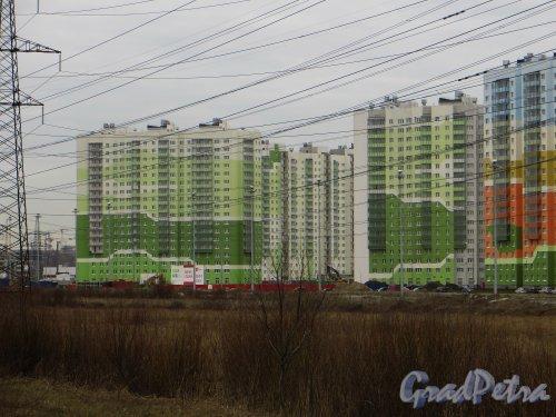 Жилой комплекс «Новая Охта». Дом №1 на углу проспекта Маршака и улицы Даниила Хармса. Фото 22 апреля 2015 года.