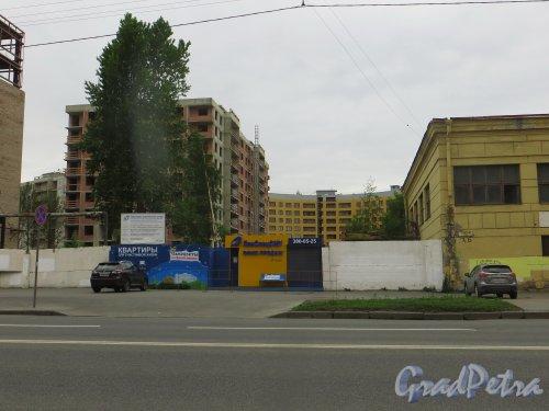 Вид на строительство жилого комплекса «Самоцветы» со стороны Уральской улицы. Фото 12 июля 2015 года.