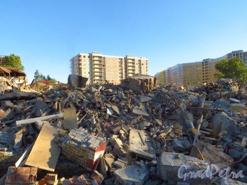 Вид со стороны улицы Одоевского на строительство жилого комплекса «Самоцветы» после сноса здания фабрики-кухни завода им. Калинина. Фото 4 августа 2015 года.
