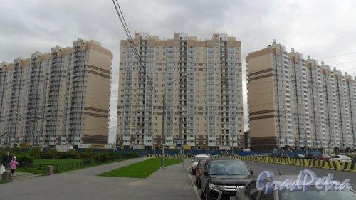 пос. Парголово, ЖК «Паркола». Ольгинская дорога, участок 10. Корпус Б (в центре фотографии), корпус В (слева), корпус А (справа). 19-этажные дома с навесными вентилируемыми фасадами с облицовкой из керамогранита. Отдел продаж 640-08-08. Доступные ипотечные программы: военная ипотека, ипотека 12%, ипотека с господдержкой,ипотечное кредитование в рамках госсубсидирования, квартира-новостройка,  фундаментальный с господдержкой. Фото 5 октября 2015 года.