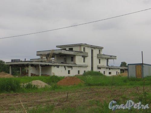 дер. Лобаново. Строительство одного из коттеджей на одном из участков. Фото 18 июня 2015 года.