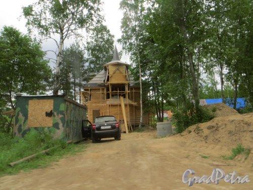 дер. Лобаново. Строительство одного из коттеджей в «Русском стиле» на одном из участков. Фото 18 июня 2015 года.