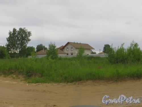 дер. Лобаново. Въезд на территорию коттеджного посёлка со стороны Петрозаводского шоссе и один из частных домов при въезде. Фото 18 июня 2015 года.