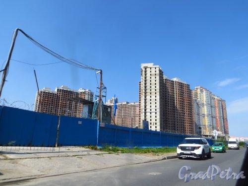 Вид на построенные корпуса жилого комплекса «Лондон Парк» со стороны улицы Руднева. Фото 6 августа 2015 года.