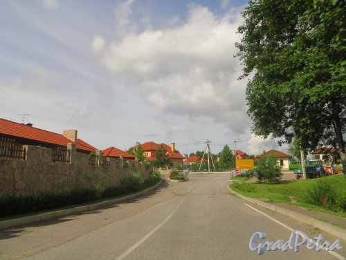 Въезд на территорию коттеджного поселка «Репинская усадьба». Фото 23 июля 2015 года.