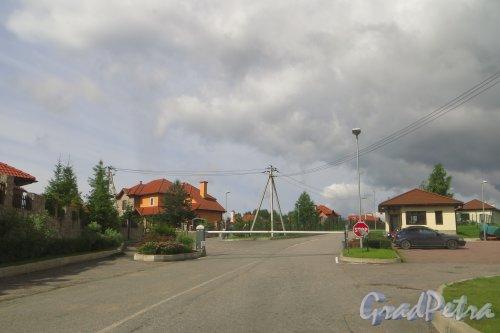 КПП и гостевая парковка коттеджного поселка «Репинская усадьба». Фото 23 июля 2015 года.