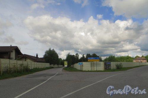 Развилка дороги в сторону коттеджного поселка «Репинская усадьба» и посёлка Репино и посёлка Ленинское. Фото 23 июля 2015 года.