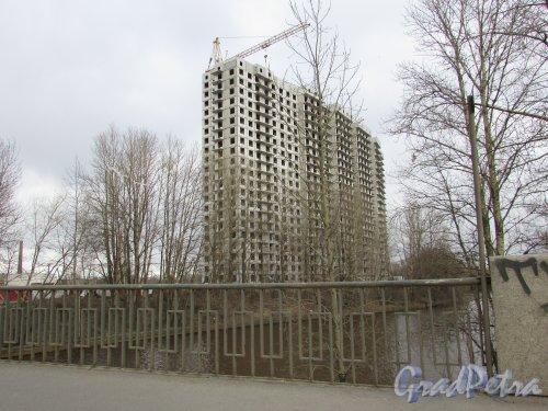 Жилой комплекс «ЗимаЛето». Строительство жилого дома со стороны берега реки Охта (корпус №2). Фото 20 марта 2016 года.