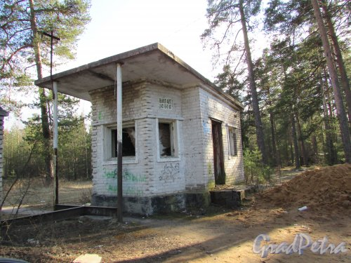 Лен. область, Ломоносовский район, деревня Гора Валдай. Здание бывшего КПП военного городка при въезде на территорию. Фото 9 апреля 2016 года.