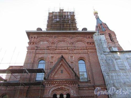 Лен. область, Ломоносовский район, деревня Гора Валдай. Южный фасад Свято-Троицкой церкви. Фото 9 апреля 2016 года.