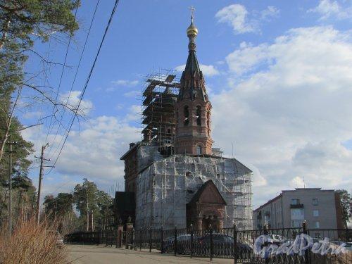 Лен. область, Ломоносовский район, деревня Гора Валдай. Вид на Свято-Троицкою церковь с западной стороны. Фото 9 апреля 2016 года.