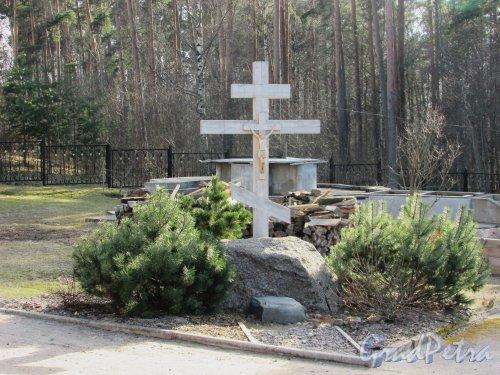 Лен. область, Ломоносовский район, деревня Гора Валдай. Поклонный крест у Свято-Троицкой церкви. Фото 9 апреля 2016 года.