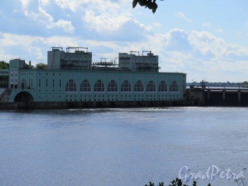 Река Волхов в пределах г. Волхов. Волховская ГЭС, 1921-1927. Общий вид здания ГЭС. фото август 2014 г.