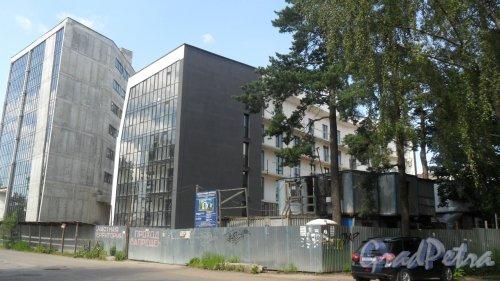 Всеволожск, улица Почтовая, дом 16. ЖК «Новая Швейцария». Вид жилого комплекса с Почтовой улицы. Фото 11 июля 2016 года.
