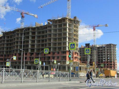 Строительство 11-й пускового комплекса ЖК «Северная Долина» (два точечных жилых дома по 26 этажей ) на пересечение улицы Фёдора Абрамова и улицы Николая Рубцова. Фото 31 августа 2016 года.
