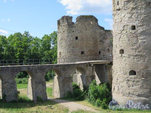 Копорская крепость, 13-18 вв. Вход в Крепость, мост через ров, Южная и Северная башни. фото июль 2015 г.